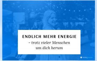 Blogbeitrag Titelbild: Wie du voller Energie durch den Tag gehst (auch wenn du mit vielen Menschen zusammen bist)